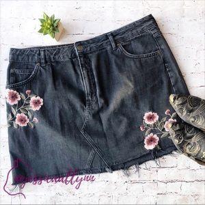 Topshop   MOTO embroidered denim mini skirt plus